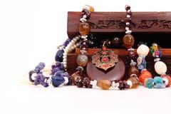 木胸口和装饰品 免版税库存照片