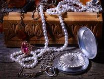 木胸口的珠宝 免版税图库摄影