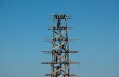 木脚手架的建筑工人 免版税图库摄影