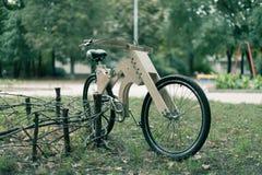 木自行车手工制造从eco材料 库存照片