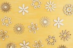 木花瓣在手边绘了困厄的金背景 免版税库存图片