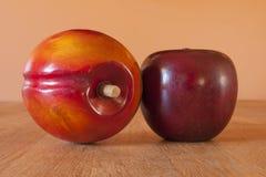 木苹果计算机和芒果装饰 免版税库存照片