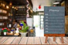 木菜单显示标志,框架餐馆在木桌上的留言簿,弄脏了图象背景 免版税库存图片