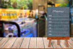 木菜单显示标志,框架餐馆在木桌上的留言簿,弄脏了图象背景 免版税库存照片