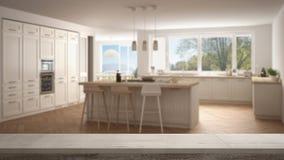 木葡萄酒台式或架子特写镜头,禅宗心情,在有大全景窗口的被弄脏的现代斯堪的那维亚厨房,白色弧 库存图片