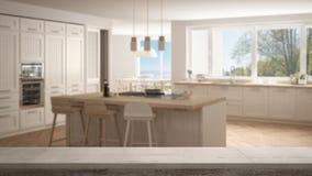 木葡萄酒台式或架子特写镜头,禅宗心情,在有大全景窗口的被弄脏的现代斯堪的那维亚厨房,白色弧 免版税库存图片