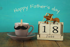 木葡萄酒日历6月第18在咖啡的和髭旁边 免版税库存照片