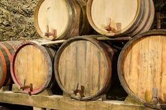 木葡萄酒桶在一个地下地窖里 免版税库存照片