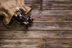 木葡萄酒背景:与老女用连杉衬裤b的圣诞节装饰 免版税图库摄影