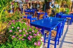 木蓝色桌和椅子在希腊餐馆 免版税库存图片