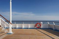 木蓝色浮体天空的码头 免版税库存照片