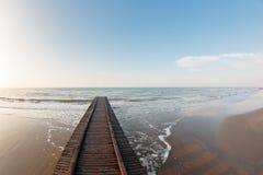 木蓝色码头海运的星期日 Lido二耶索洛海滩在亚得里亚海的在一个美好的夏日意大利 在威尼斯附近 密集的海风在 免版税库存照片
