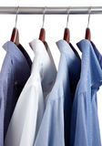 木蓝色礼服挂衣架的衬衣 库存照片