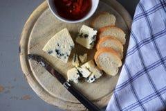 木蓝色董事会的干酪 库存照片