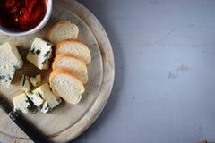 木蓝色董事会的干酪 免版税库存照片