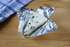 木蓝色董事会的干酪 图库摄影