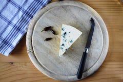 木蓝色董事会的干酪 免版税库存图片