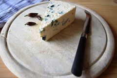 木蓝色董事会的干酪 免版税图库摄影