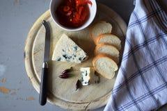 木蓝色董事会的干酪 库存图片
