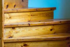 木螺旋形楼梯特写镜头的片段 免版税库存图片