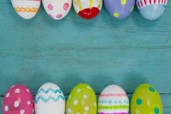 木表面上安排的各种各样的复活节彩蛋 免版税库存图片