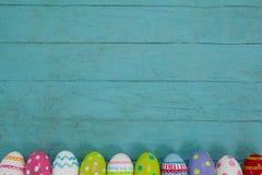 木表面上安排的各种各样的复活节彩蛋 库存照片