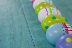 木表面上安排的各种各样的复活节彩蛋 免版税库存照片
