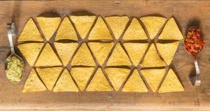 木表面上安排的烤干酪辣味玉米片芯片 免版税库存图片