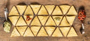 木表面上安排的烤干酪辣味玉米片芯片 免版税库存照片
