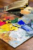 木表面上的不同的颜色与在背景的管 库存图片