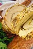 木表面上的乳酪切片 免版税图库摄影