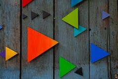 木表面上的五颜六色的三角 库存图片