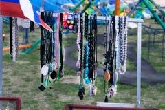 木表面上的五颜六色的小珠 做小珠项链或一串小珠的形状和颜色品种取悦妇女  免版税库存照片