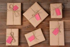 木表面上的六个假日包裹 免版税库存照片