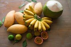 木表面上的可口泰国果子 免版税库存图片