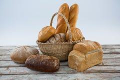 木表面上的各种各样的面包大面包 库存照片