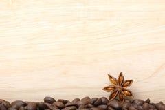 木表面上的咖啡豆 免版税库存照片