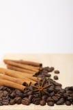 木表面上的咖啡豆 免版税库存图片
