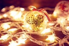 木表面上的圣诞灯 圣诞节或新年概念 被定调子的图象 库存图片