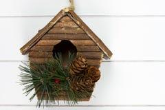 木表面上的圣诞节nestingbox 免版税库存照片