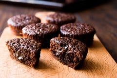 木表面上的微型巧克力蛋糕蛋白牛奶酥 免版税图库摄影