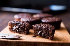 木表面上的微型巧克力蛋糕蛋白牛奶酥 免版税库存图片