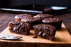 木表面上的微型巧克力蛋糕蛋白牛奶酥 图库摄影