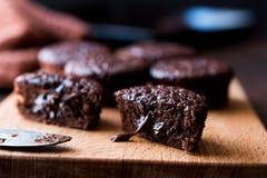 木表面上的微型巧克力蛋糕蛋白牛奶酥 库存照片