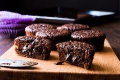 木表面上的微型巧克力蛋糕蛋白牛奶酥 库存图片