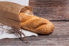 木表面上的新鲜面包 库存图片