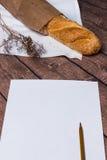 木表面上的新鲜面包 免版税库存照片