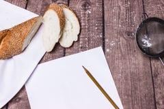 木表面上的新鲜面包 免版税库存图片