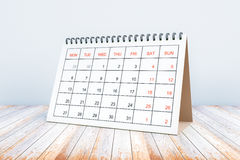 木表面上的日历 免版税图库摄影