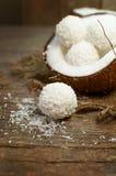 木表面上的椰子糖果 免版税库存图片